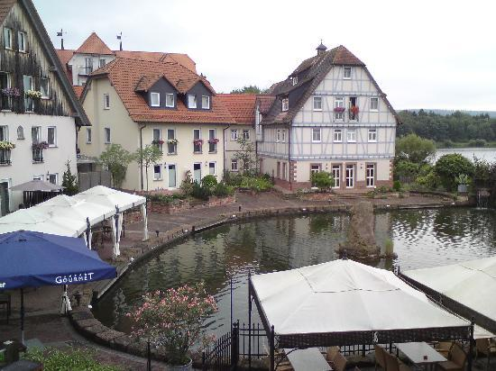Niedernberg, Germany: Blick auf ein paar der Häuser vom See aus.