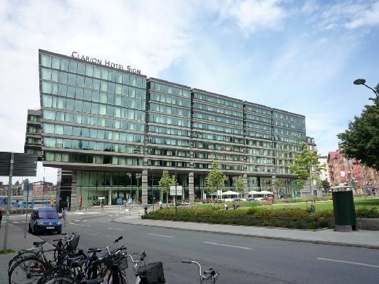 Clarion Hotel Sign: Esterno dell'hotel: maestoso ed avveniristico