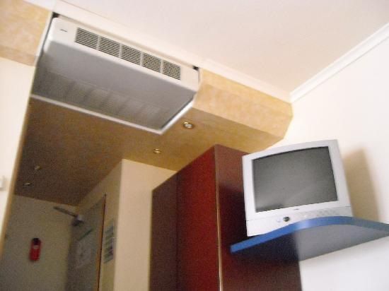 Lloyed Hotel: TV and Air Conditioner