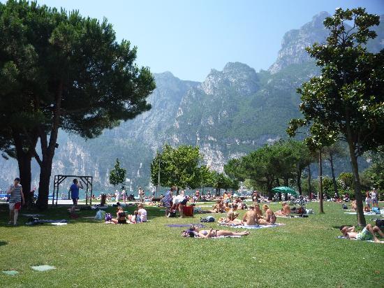 Brione Hotel : Riva del Garda, grass lake beach
