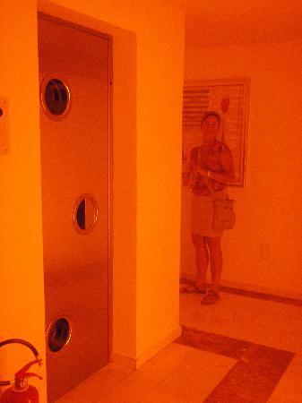 Kaningos 21 Hotel: Orange hallway