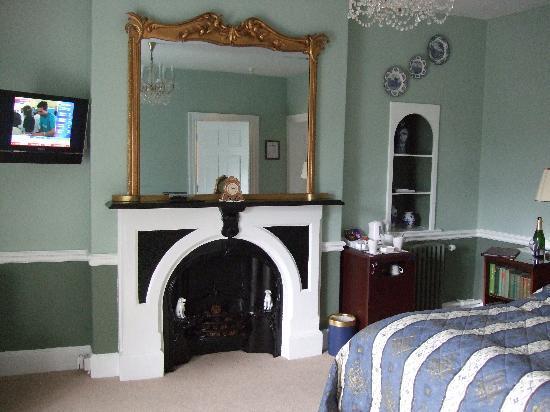 Plas Dinas Country House: The room - fridge in corner