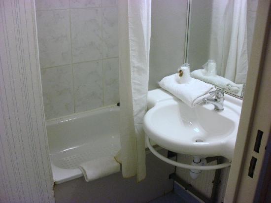 salle de bain - Picture of B&B Hotel Poitiers 3, Chasseneuil-du ...