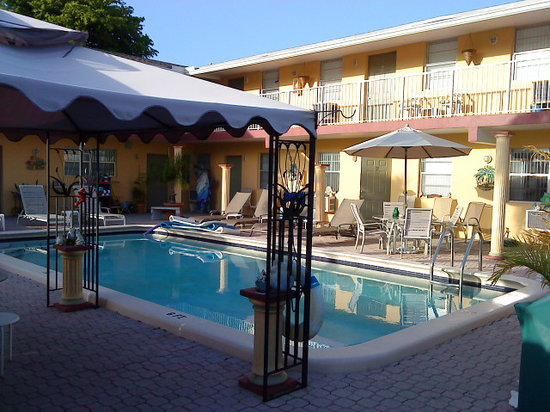 Liberty Garden Suites : Innenhof mit clothing optional pool