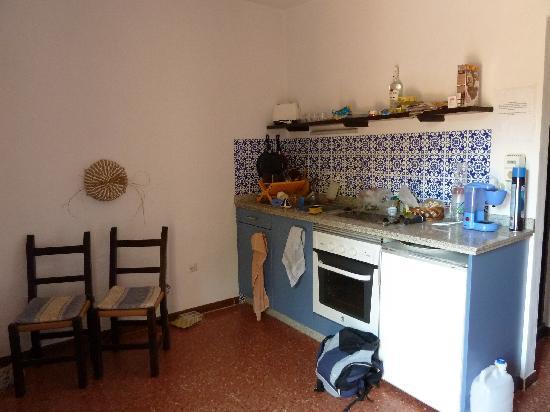 Las Dunas: la cuisine (2 plaques, frigo, grille pain... cafetière hors d'âge et couverts un peu vétustes)