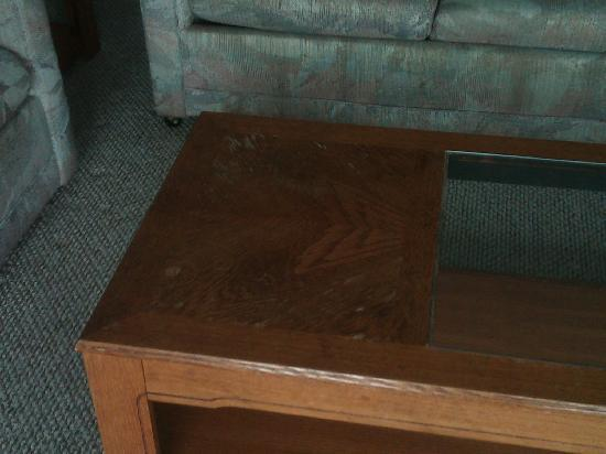 Waters Edge Resort: Worn out table in living room