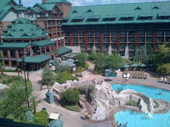 Disney's Wilderness Lodge: courtyard view with waterfall/river
