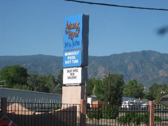 Americas Best Value Inn & Suites Canon City: Look for the sign, right on the main drag!
