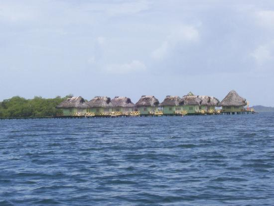 Punta Caracol Acqua Lodge: El hotel desde un bote