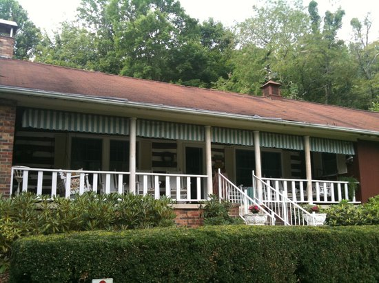 Roan Mountain Bed and Breakfast: Front porch