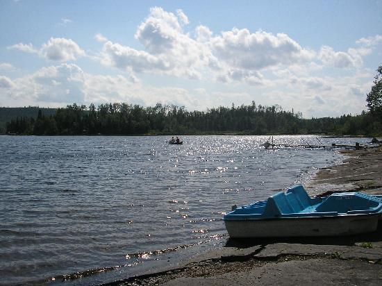 กรองด์มาเรส์, มินนิโซตา: The boys are off canoeing to the little bridge on the lake!