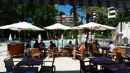 Novotel Cannes Montfleury: bar area by pool