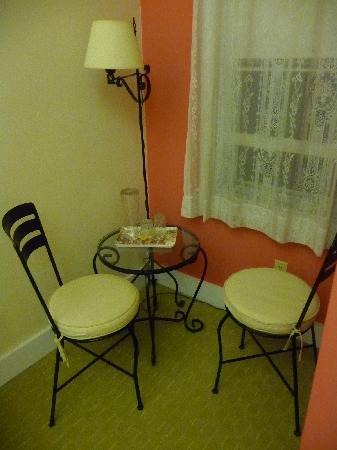 Woods Hole Passage Bed & Breakfast Inn: Charming sitting area of bedroom.