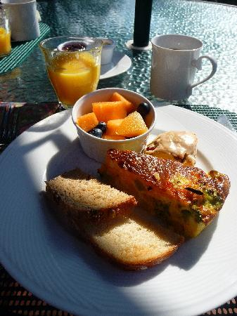 Woods Hole Passage Bed & Breakfast Inn: Delicious breakfast at Woods Hole Passage.