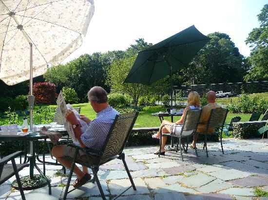 Woods Hole Passage Bed & Breakfast Inn: Guests enjoying the backyard of Woods Hole Passage.