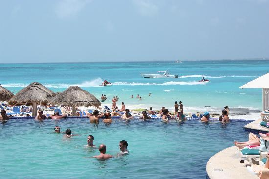 Hotel Riu Cancun: Pool and beach activities