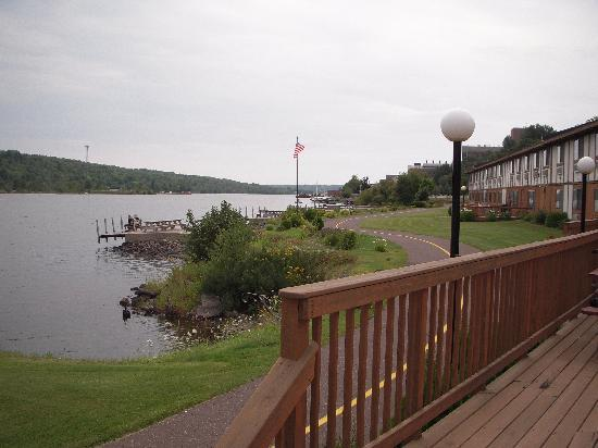 Super 8 Houghton: A view of the water side of the Super 8...shows the nice walkway