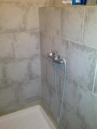 Abasun Hotel Montpellier Centre: Colditz style shower