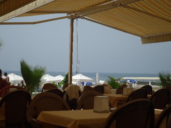 Corolla Hotel: Le restaurant de la plage et la vue lorsqu'on mange.