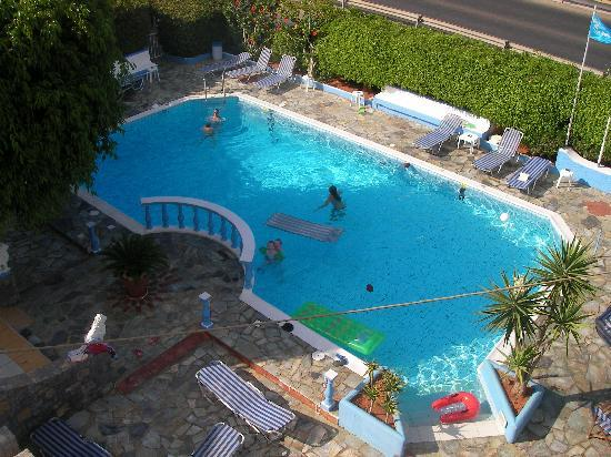 Hotel Villa Anna: A VIEW FROM THE ROOF OF THE HOTEL OF THE POOL AND SNACKBAR AREA