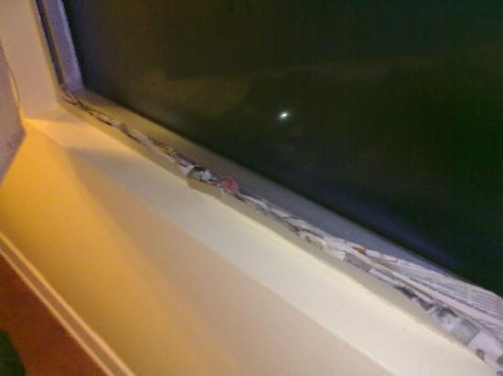 Nido Inn: El estado de las ventanas... selladas con diarios