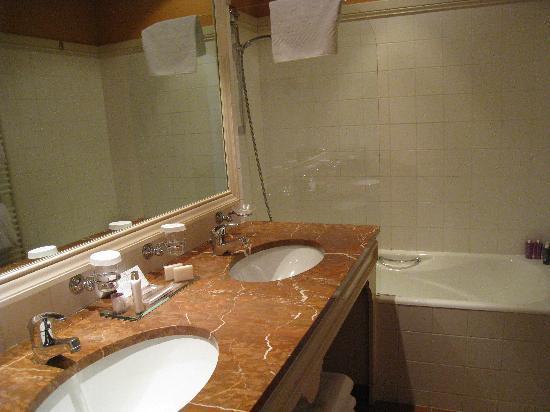 Hôtel Barrière Le Grand Hôtel: Salle de bain