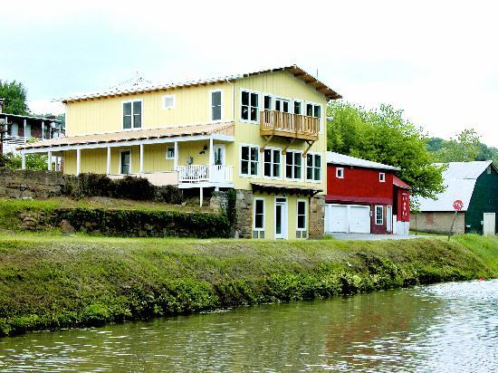Riverrun Bed & Breakfast: Riverrun B&B (Canal side)