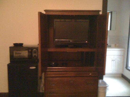 Crow's Nest Inn: Mini fridge, microwave, flat screen tv and 3 ashtrays