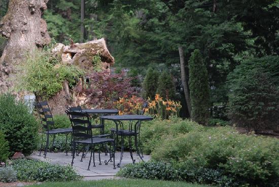The Woodstock Inn on the Millstream: Enjoy Your Breakfast on Our Bluestone Patio