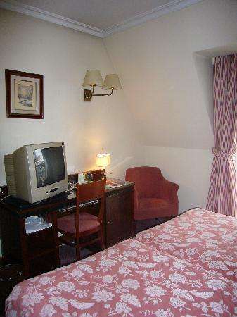 Hotel Husa Europa: mobiliario ok pero superficies pegajosas
