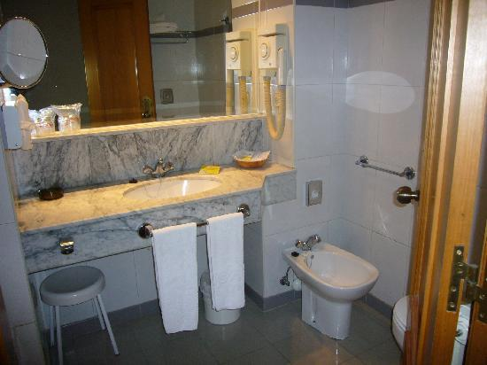 Hotel Husa Europa: aquí se aprecia que si te sientas en el wc te das contra el bidet