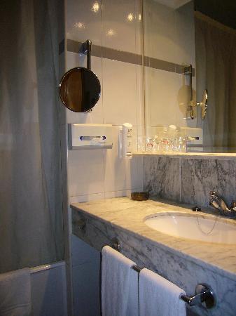 Hotel Husa Europa: baño con ducha a oscuras