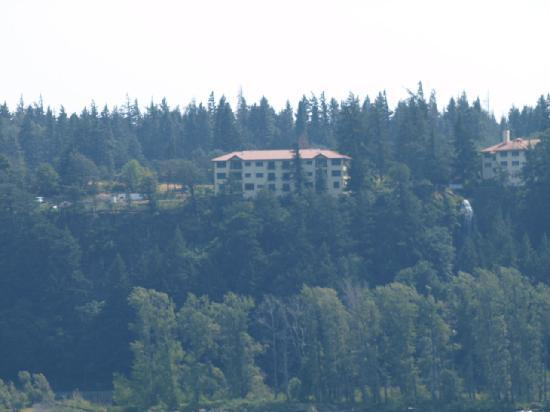 Columbia Cliff Villas Hotel: view of the condo's from the Washington side of the Columbia River