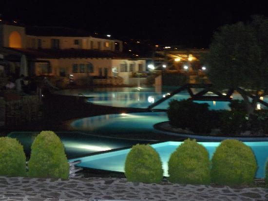 Cala Gonone Beach Village : vista piscina  in notturna