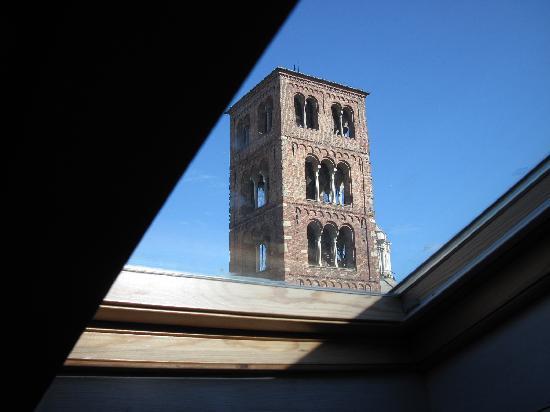 Aprile B&B: il campanile della Basilica della Consolata visto dalla stanza Twinkling Star