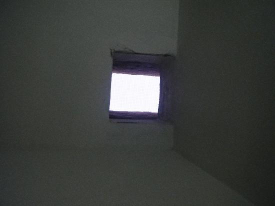 Eleni Hotel: Bathroom 'skylight'