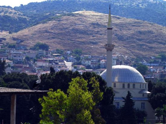Urkmez Hotel: View from the hotel of the local mosque and surrounding hills