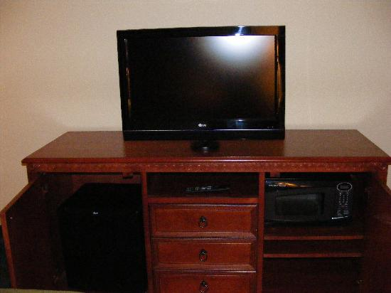 Country Inn & Suites Peoria North: TV with storage;microwave/fridge
