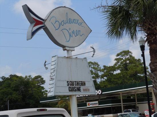 Boulevard Diner: Front entrance