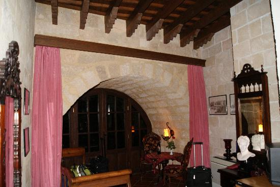 S. Nikolis Hotel: 700 year old arch in our room!