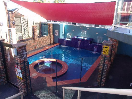 Jesmond Executive Villas: Public Pool & Spa inbetween other units. very tight for space, noise is a problem