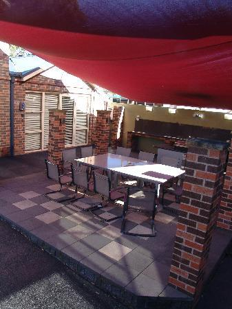 Jesmond Executive Villas: SHared out door BBQ area not in the same area of Spa & pool unfortunately