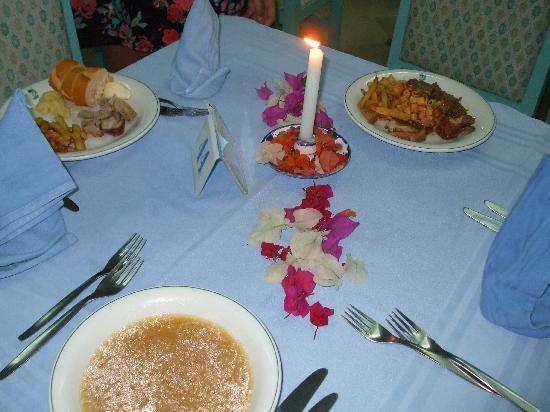 Jinene & Royal Jinene Hotels : the dinner table
