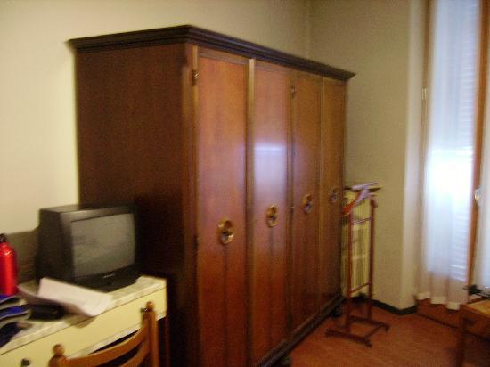 Hotel Flora: interno della camera, mobili