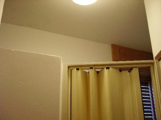 Hotel Flora: soffitto mancante del bagno