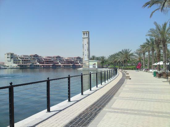Marriott Executive Apartments Dubai, Green Community : Weg am Ufer des Sees