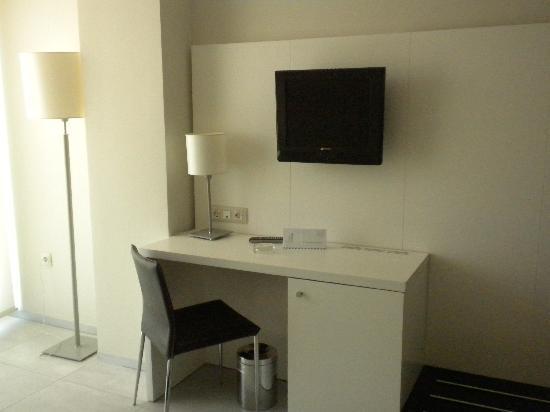 Agora Spa & Resort: habitacion 1201, tele y escritorio