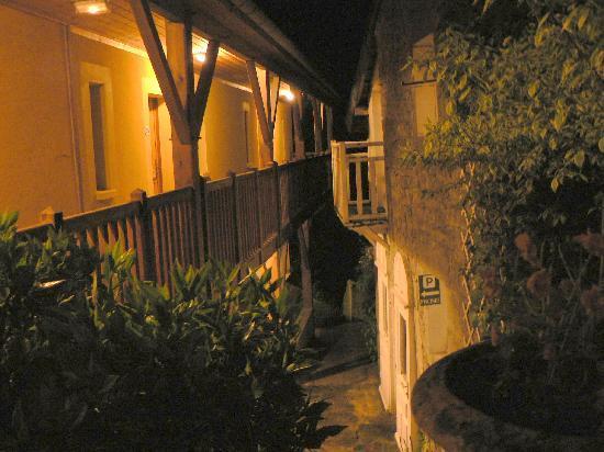 Domaine Du Moulin Vallee Heureuse : la coursive la nuit