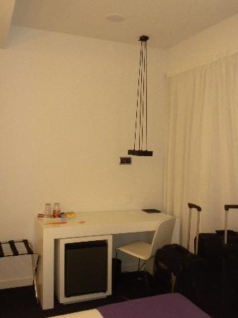 Room Mate Emma: Habitacion 804, escritorio, con mininevera, hilo musical en la pared