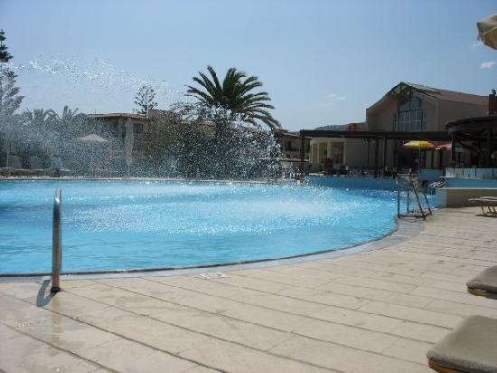 Minos Mare Hotel: une des piscine du club